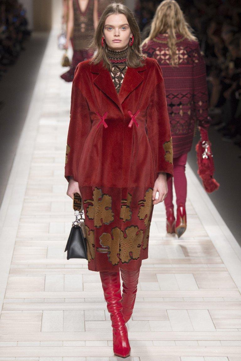 Красного цвета пальто с крупным принтом и ярко-красными сапогами.