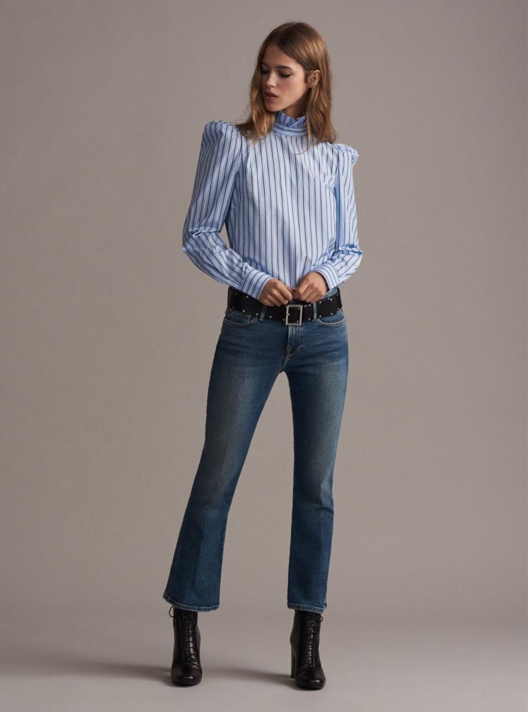 Светло голубая блузка в полоскус джинсами укороченными с слегка рсклешенными.