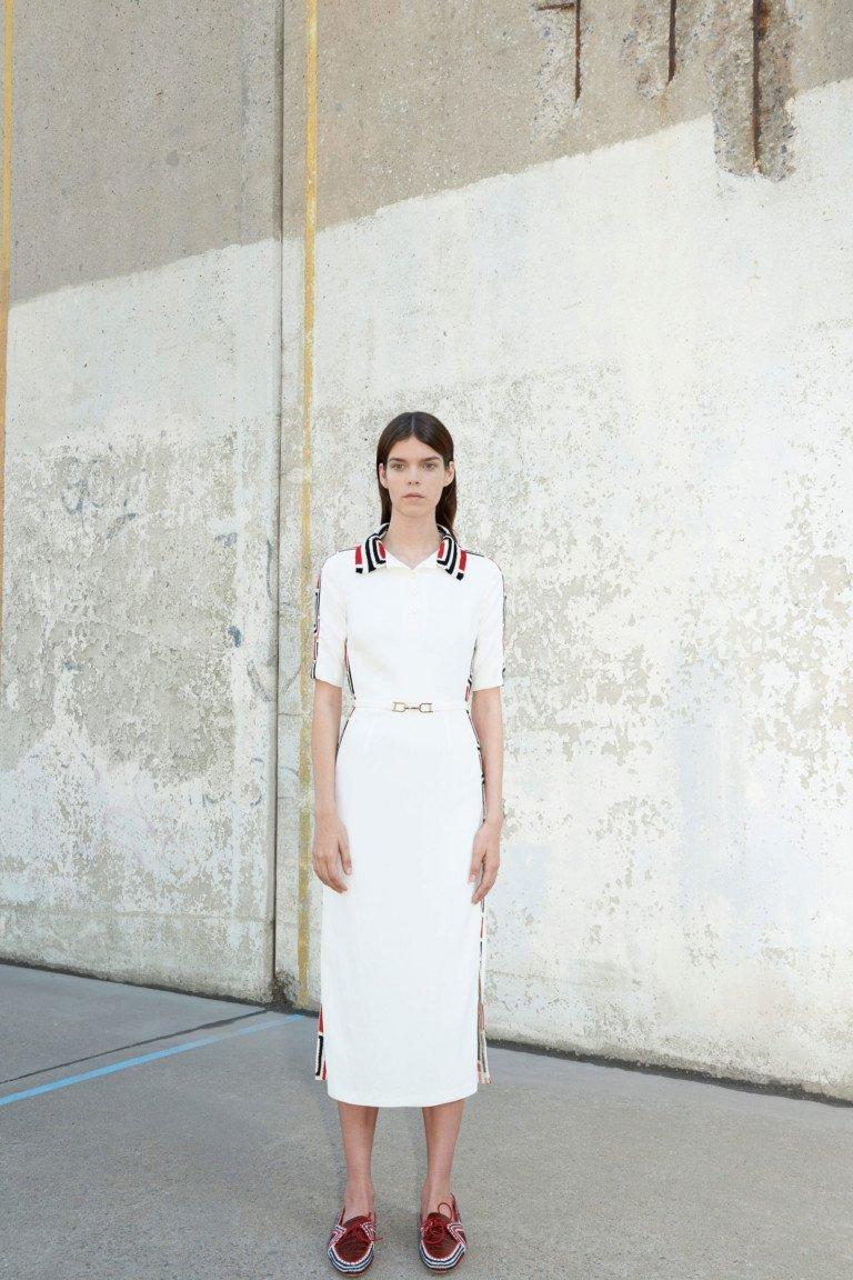 Платье белого цвета с воротником в полоску