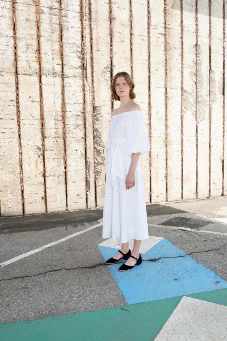 Платье белого цвета с черными туфлями