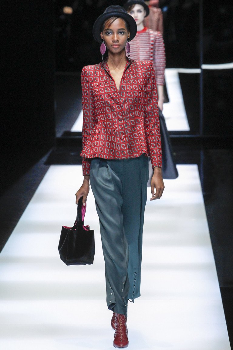 Элегантный красный пиджак с принтом с атласными укороченными брюками.