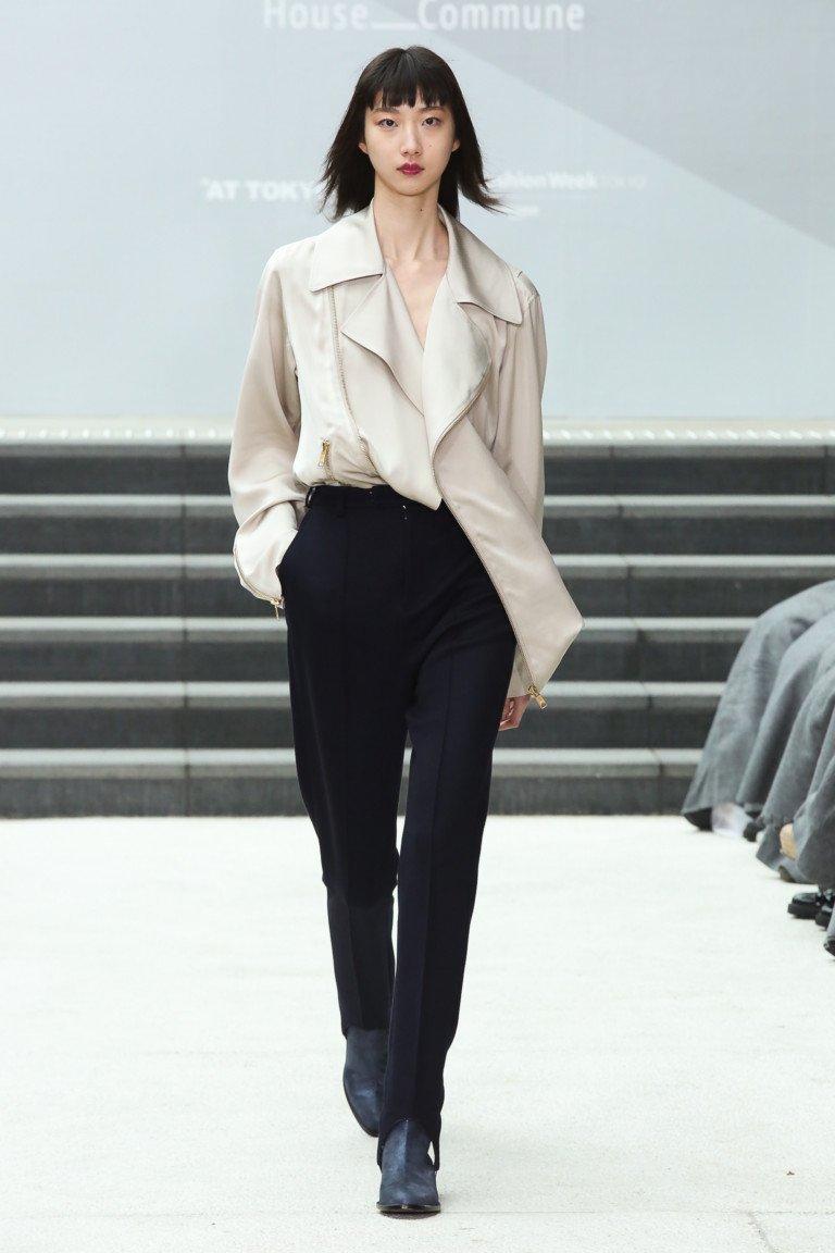 Светло-серая рубашка с большим воротникоми и черными узкими брюками.