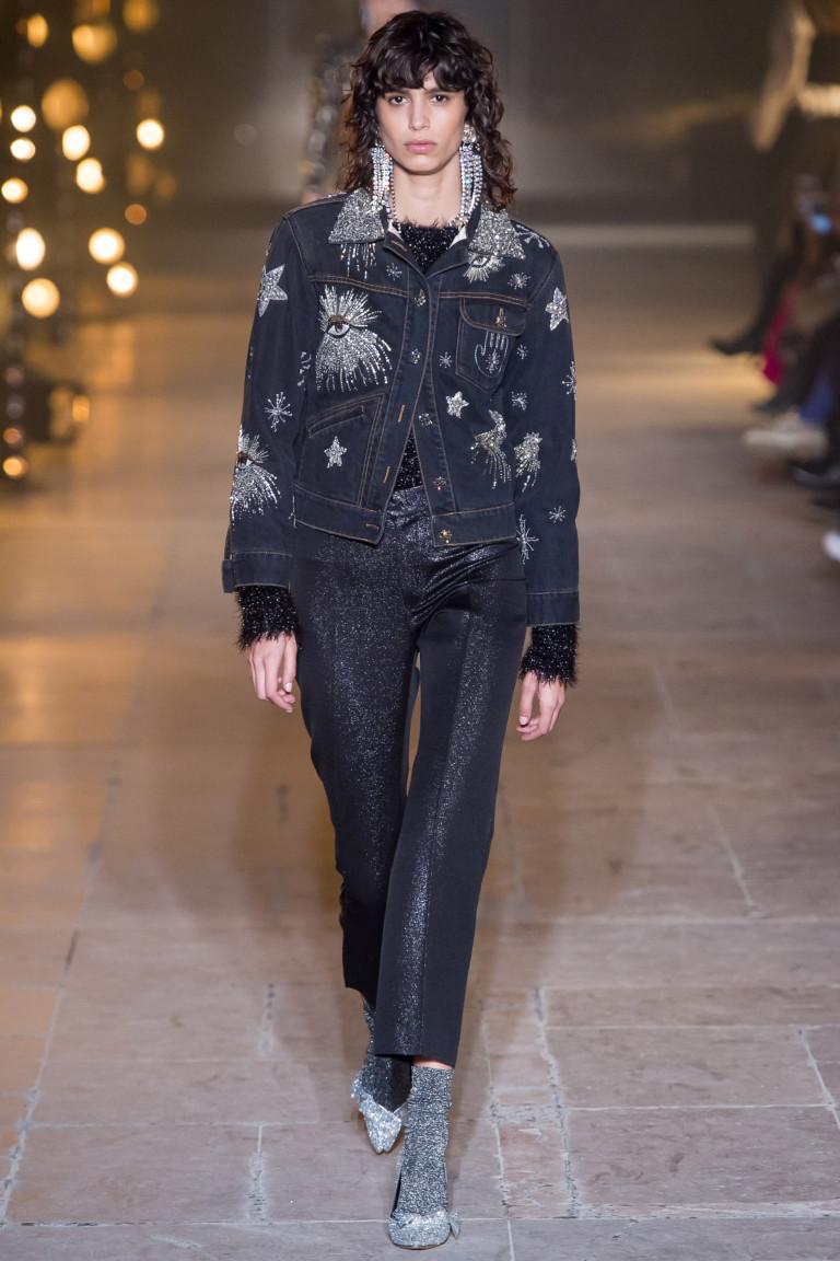 Джинсовая куртка темного цвета с ярким принтом с укороченными брюками темного цвета с металлизированным отливом.