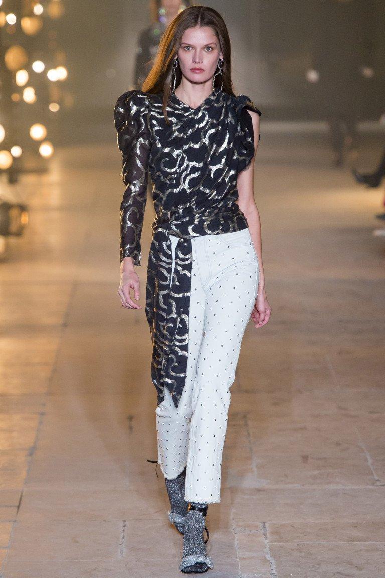 Блузка черного цвета с принтом с одним длинным рукавом и укороченные брюки белого цвета в черный горошек.