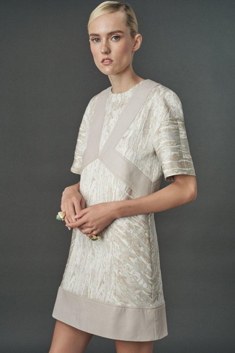 Платье серого цвета с блестящей и металлизированной фактурой.