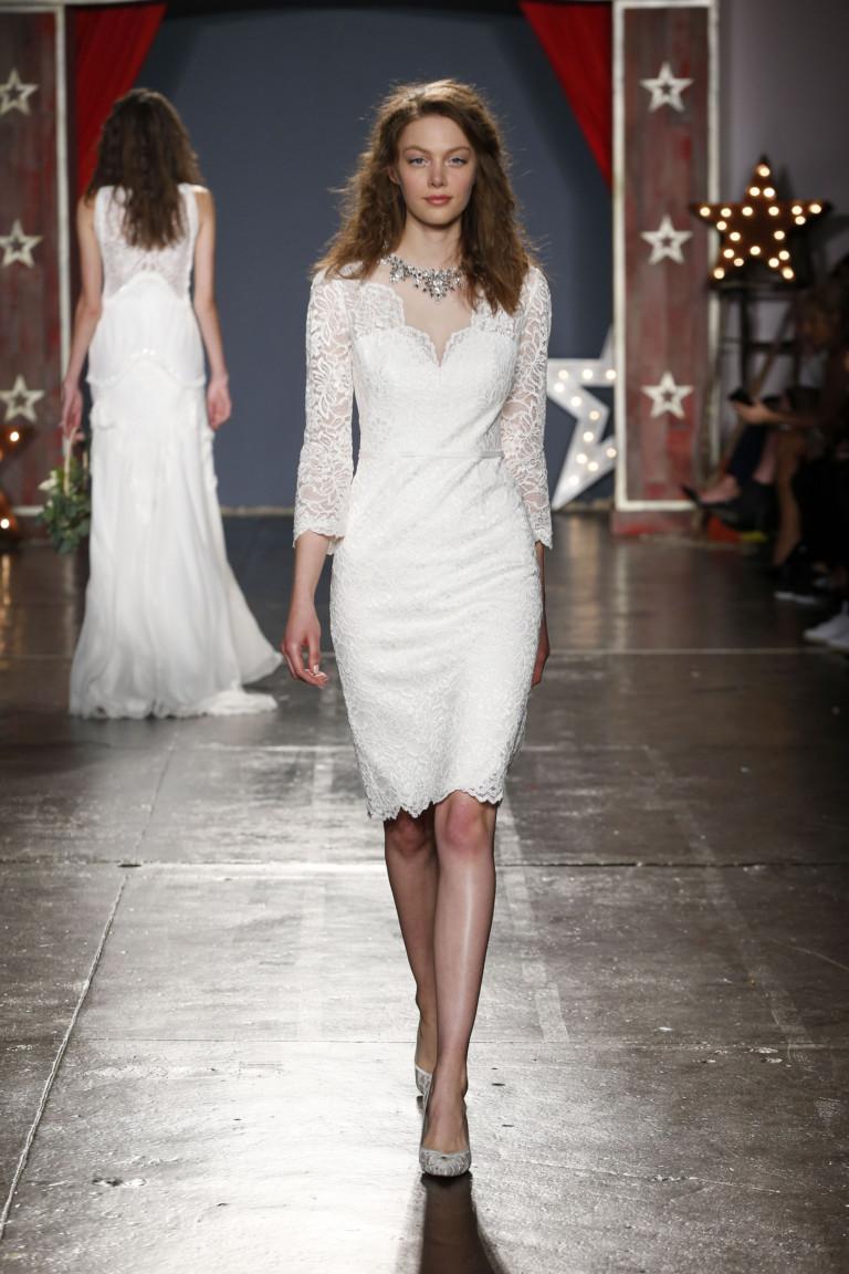 Белое кружевное платье с длинными рукавами и белыми туфлями.