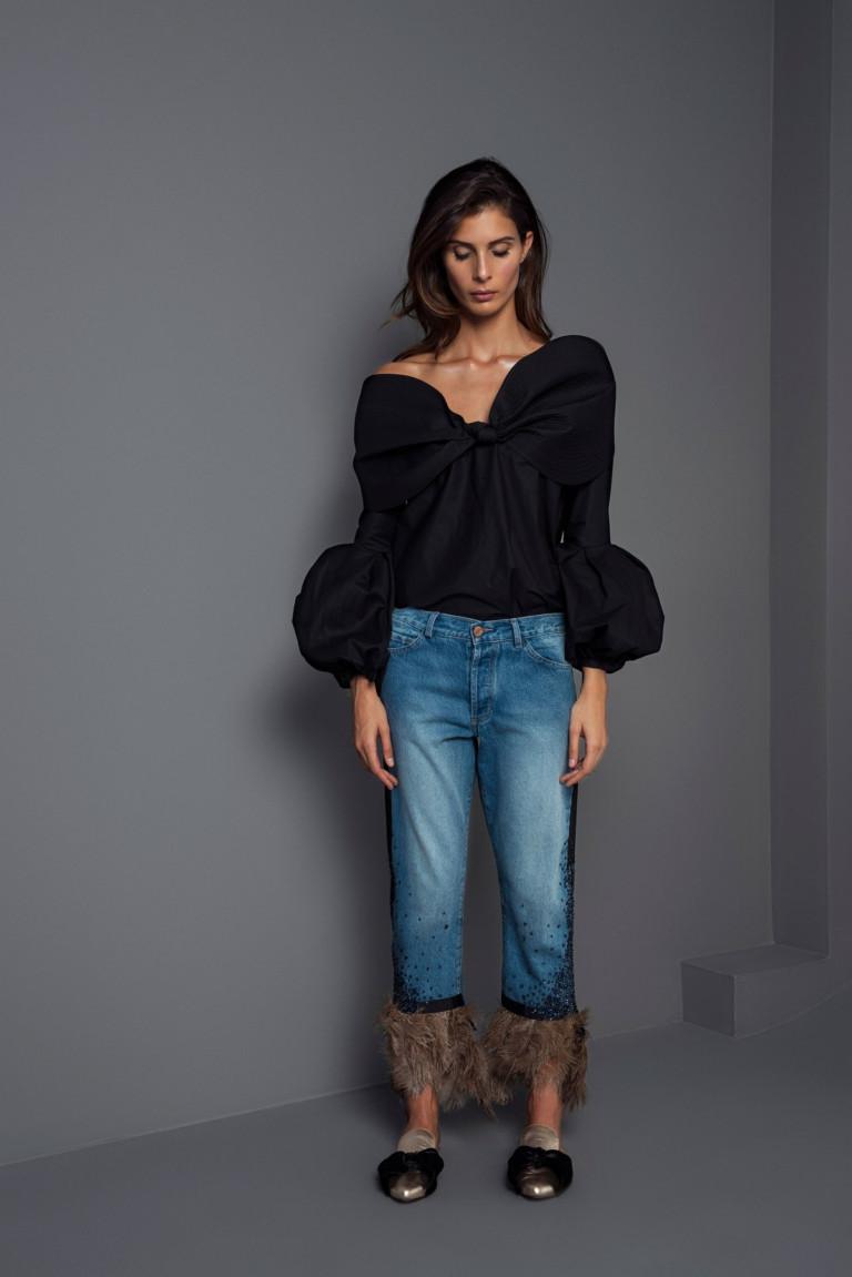 Черная блузкая с пышными рукавами с джинсами с бахромой