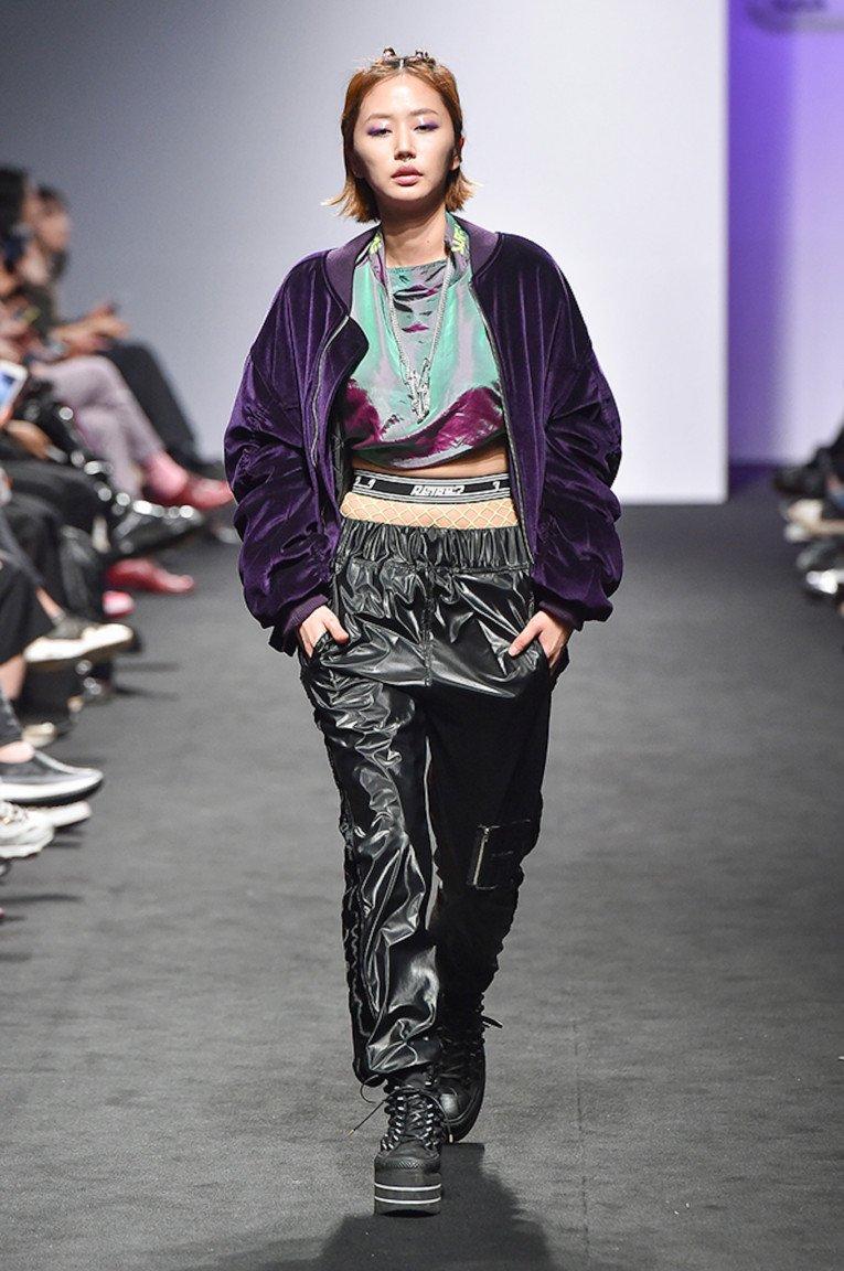 Мягкая фиолетовая куртка с кожаными атласными брюками и ботинками.