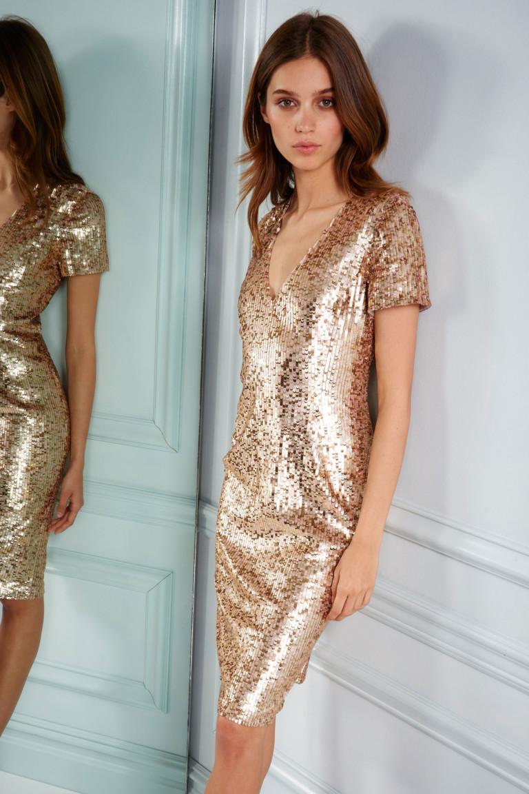 Коктельное светлое платье с золотым отливом.
