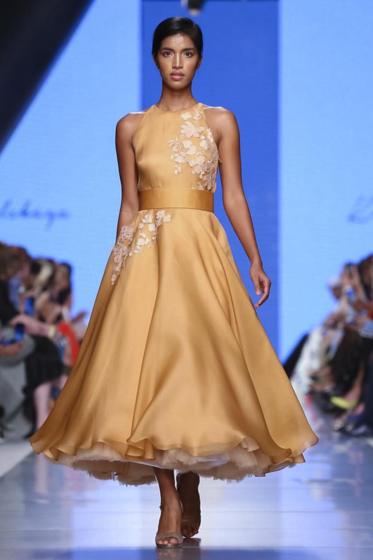 Коктельное пышное платье желтого оттенка с белой вышивкой.