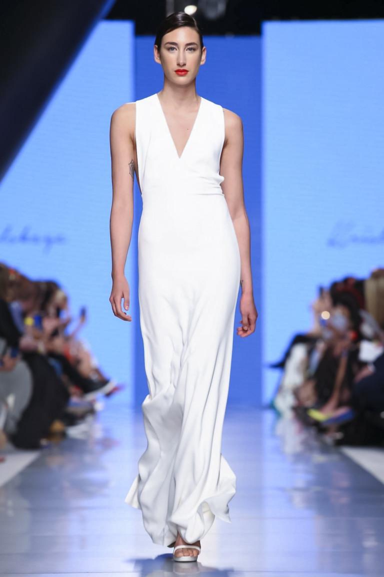 Вечернее белое длинное платье с белыми босоножками