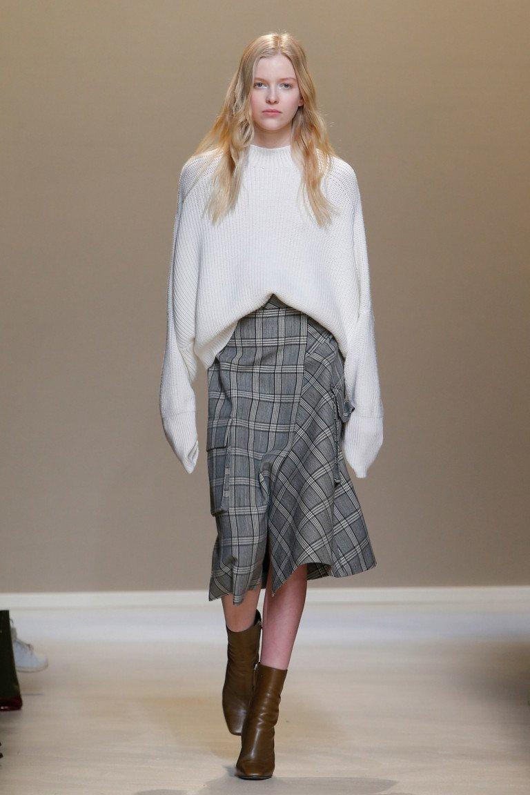 Белая шерстяная кофта оверсайз с блинными рукавами и юбка годе в клетку.
