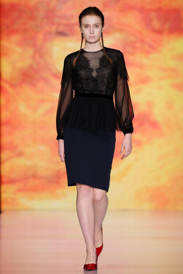 Черная кружевная блузка с длинными рукавами с черной юбкой и красными туфлями