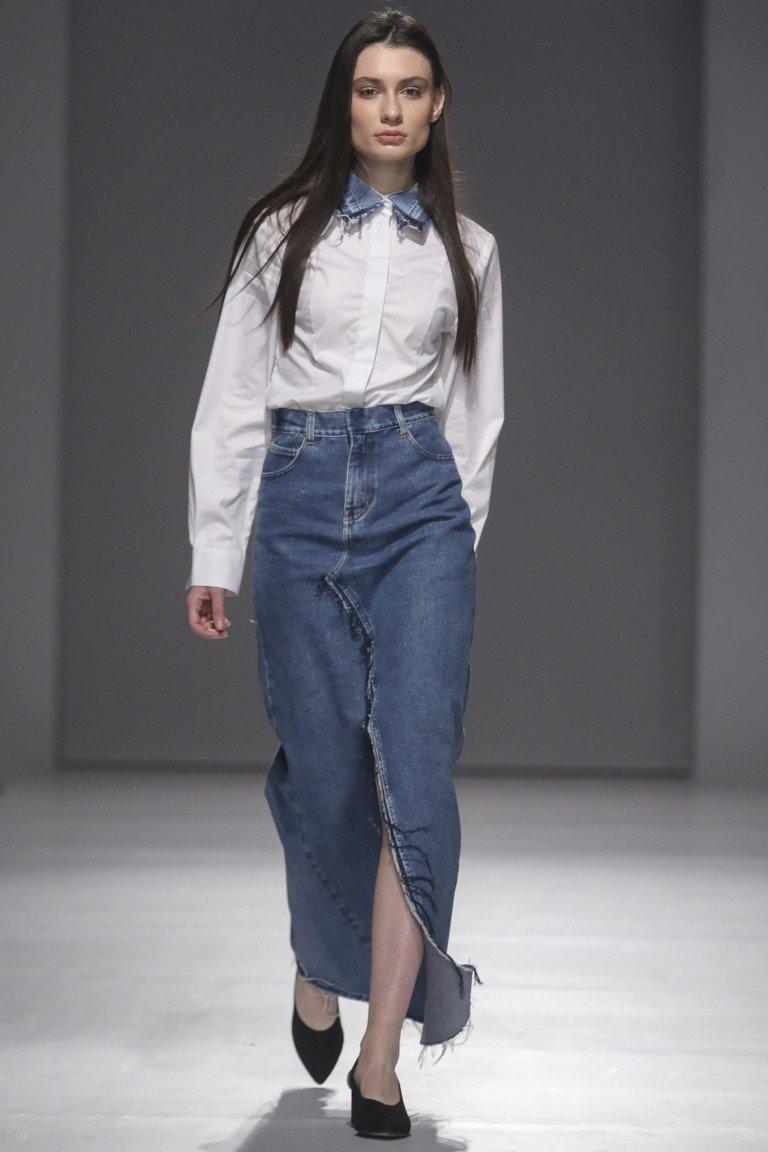 Белая рубашка с джинсовым воротником и длинная прямая джинсовая юбка с большим разрезом.