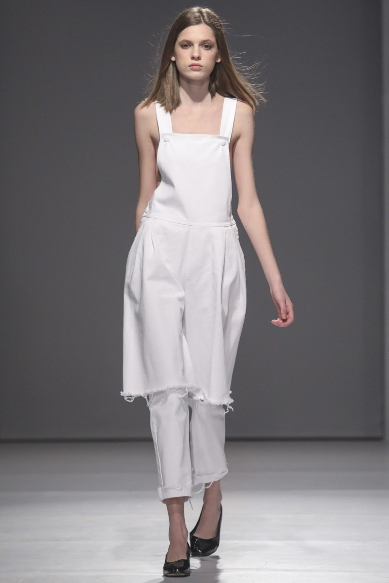 Белый сарафан и короткие белые брюки с неподшитыми краями.