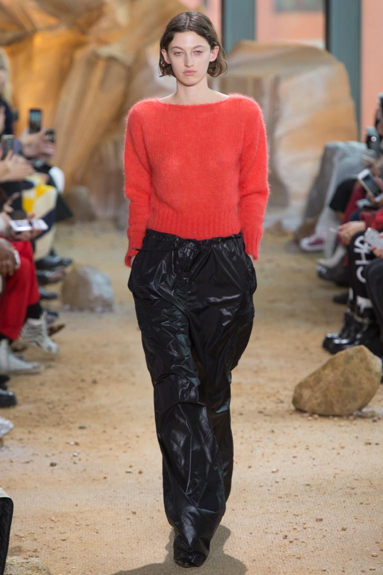 Шерстяная мягкая кофта ярко оранжевой расцветки с широкими черными брюками.