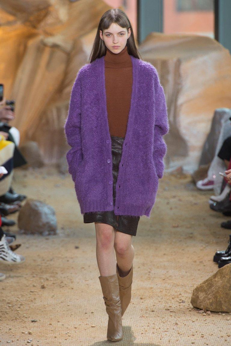 Водолазка коричнего цвета с фиолетового цвета крдиганом и черной юбкой.