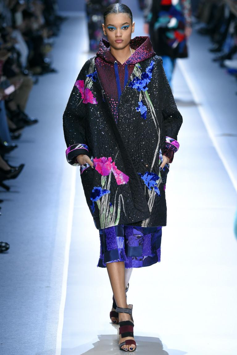 Яркого цвета кардиган с цветочным крупным принтом и яркой юбкой.