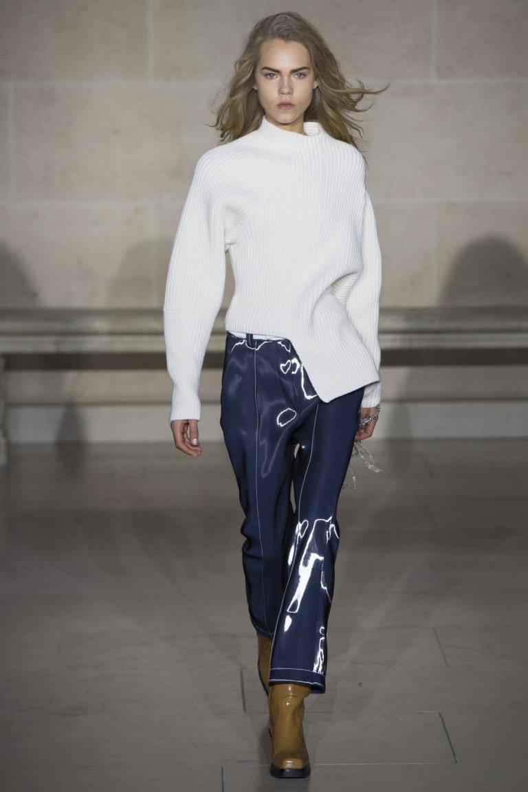Белая шерстяная кофта с шарфом и кожаные лакированные укорочнные брюки синего цвета.