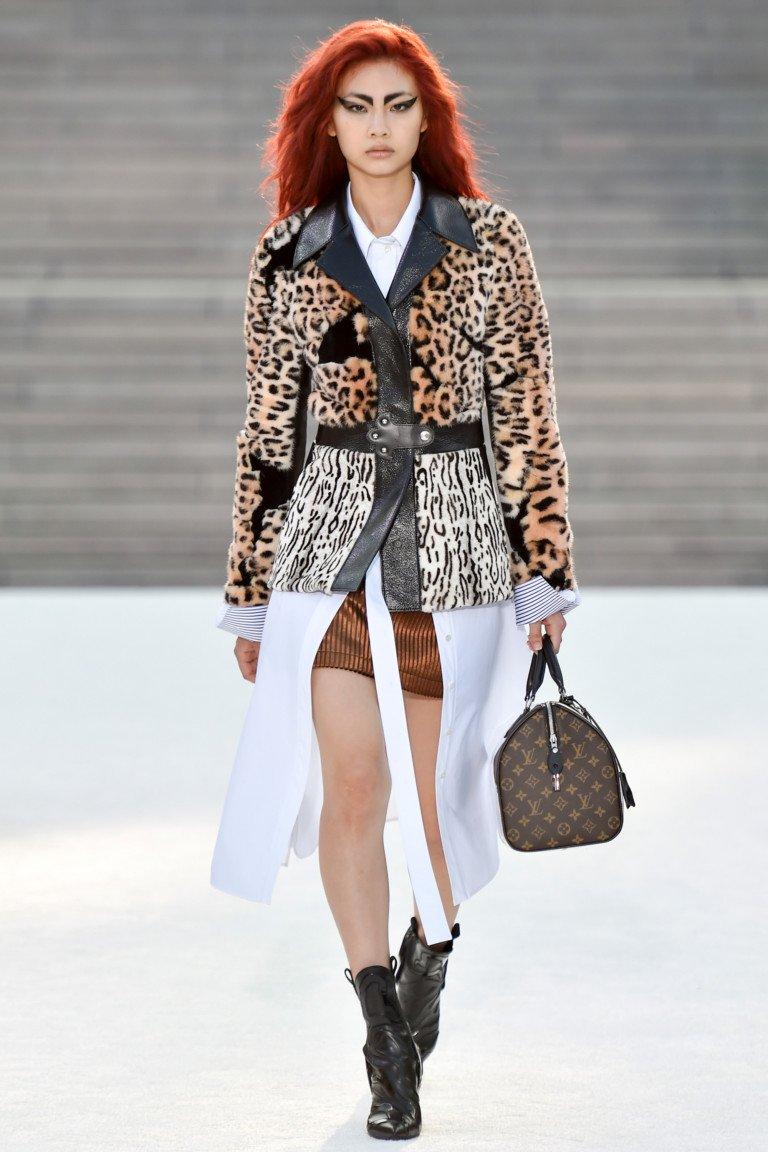 Пиджак леопардового цвета с черным кожаным отложным воротником и короткой юбкой.