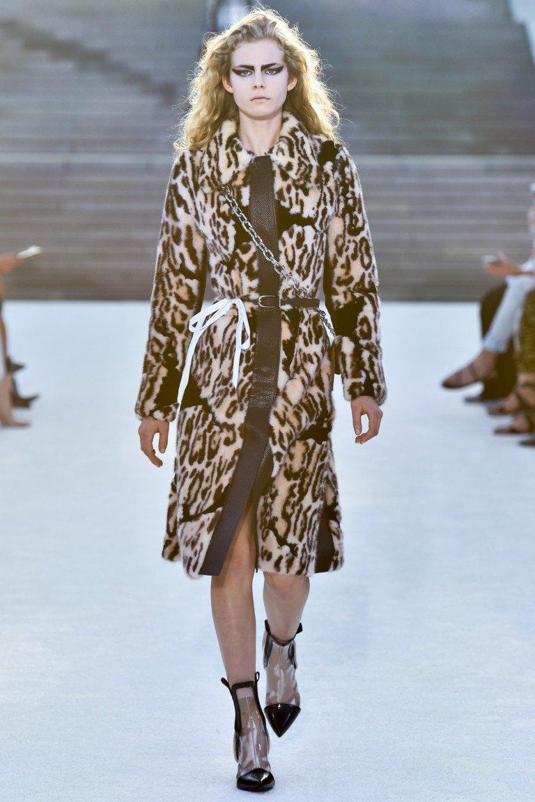 Меховое пальто с леопардовым принтом и лакированными сапожками.