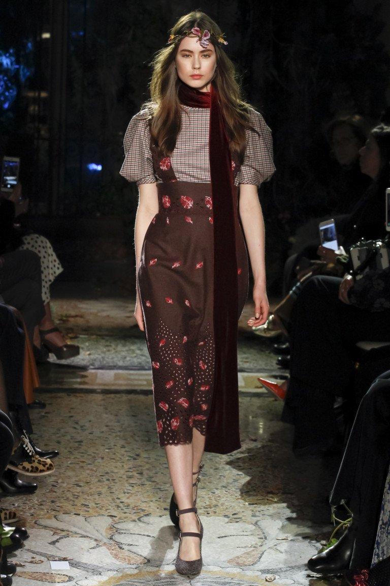 Коричневый сарафан с принтом с блузкой с короткими пышными рукавами.