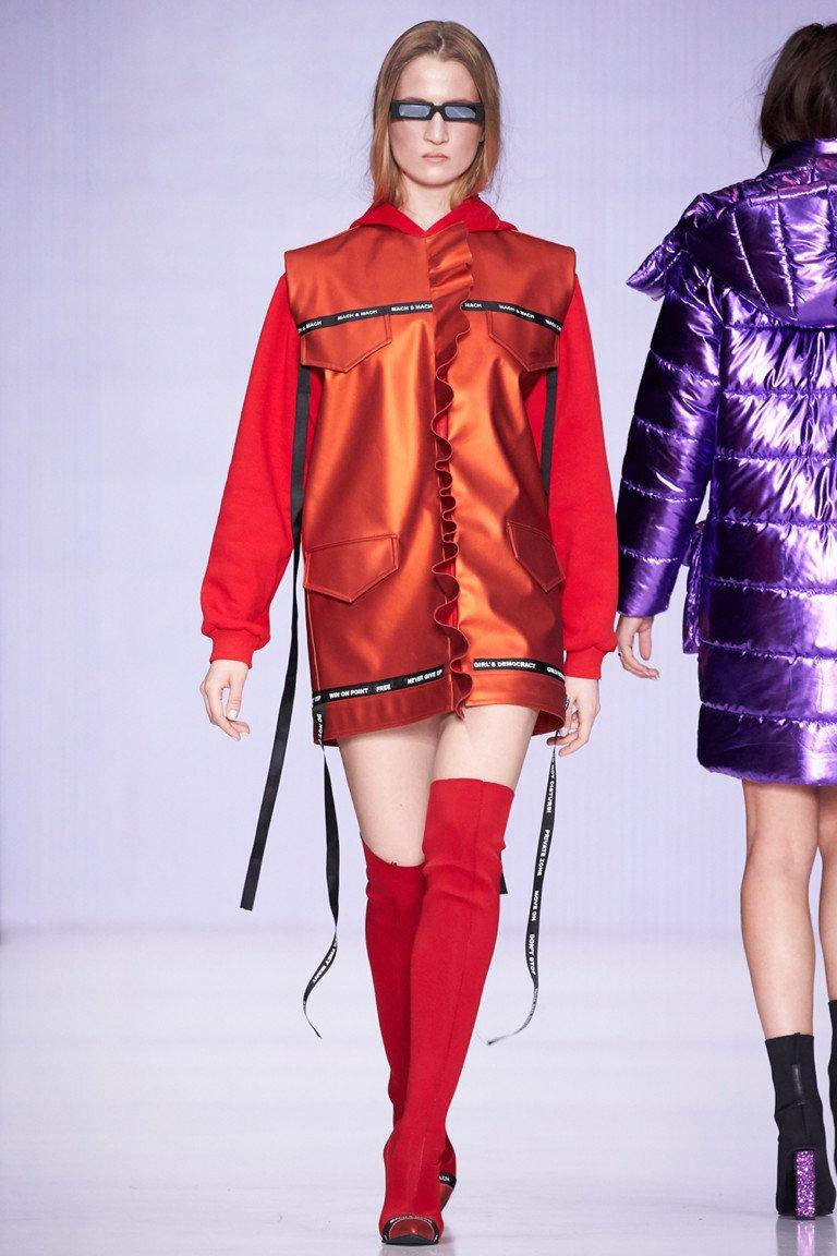 Короткая красная куртка с красными мягкими высокими сапогами.