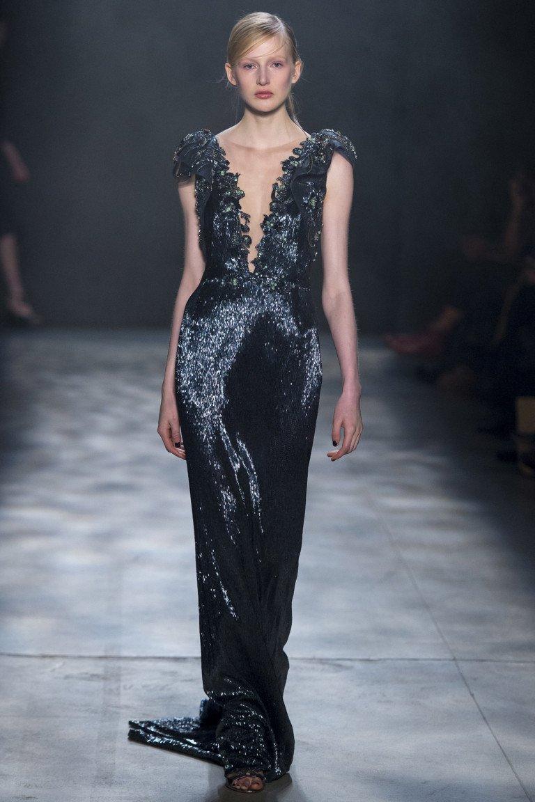 Изящное вечернее длинное платье чрного цвета с блестящим отливом и глубоким вырезом.