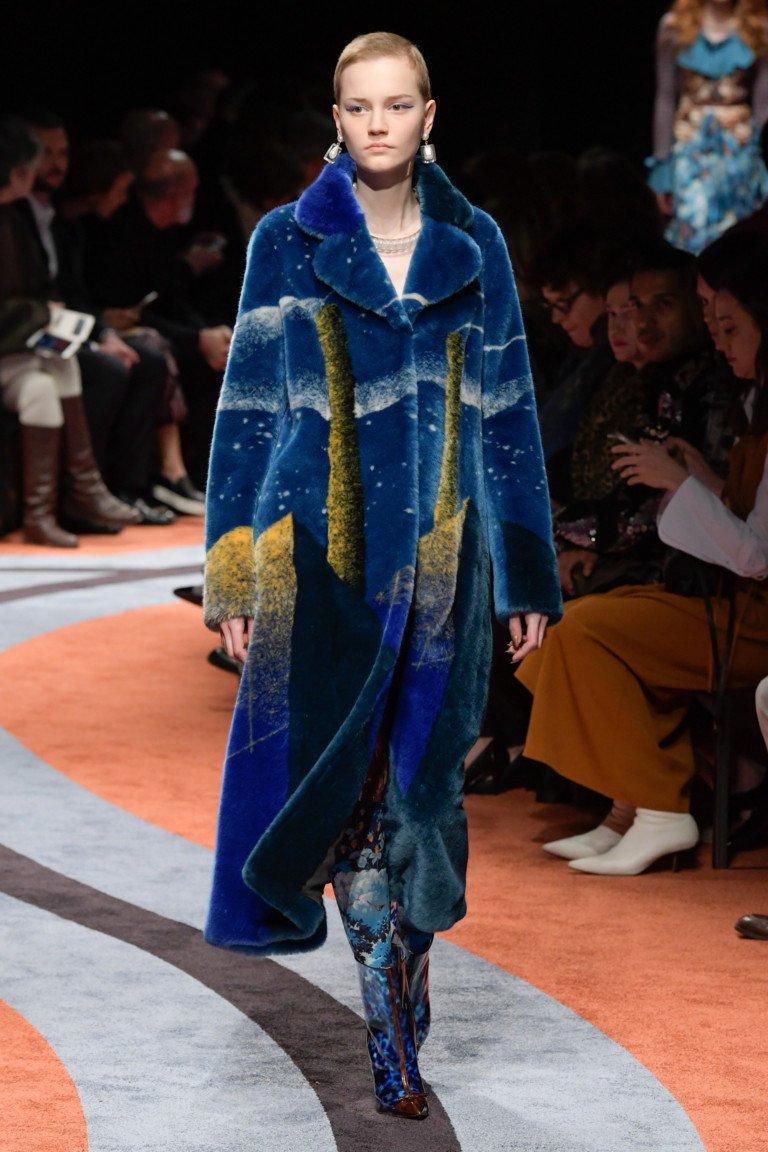 Синего цвета шуба с ярким принтом и яркие сапоги с принтом.