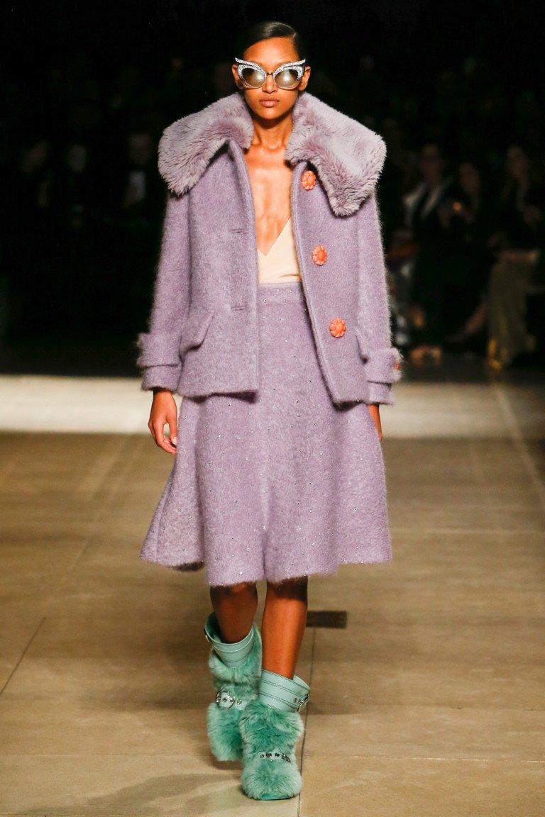 Светло-сиренего цвета пиджак и юбка из пальтового материала с большим меховым воротником и меховыми сарожками свело-зеленого цвета.