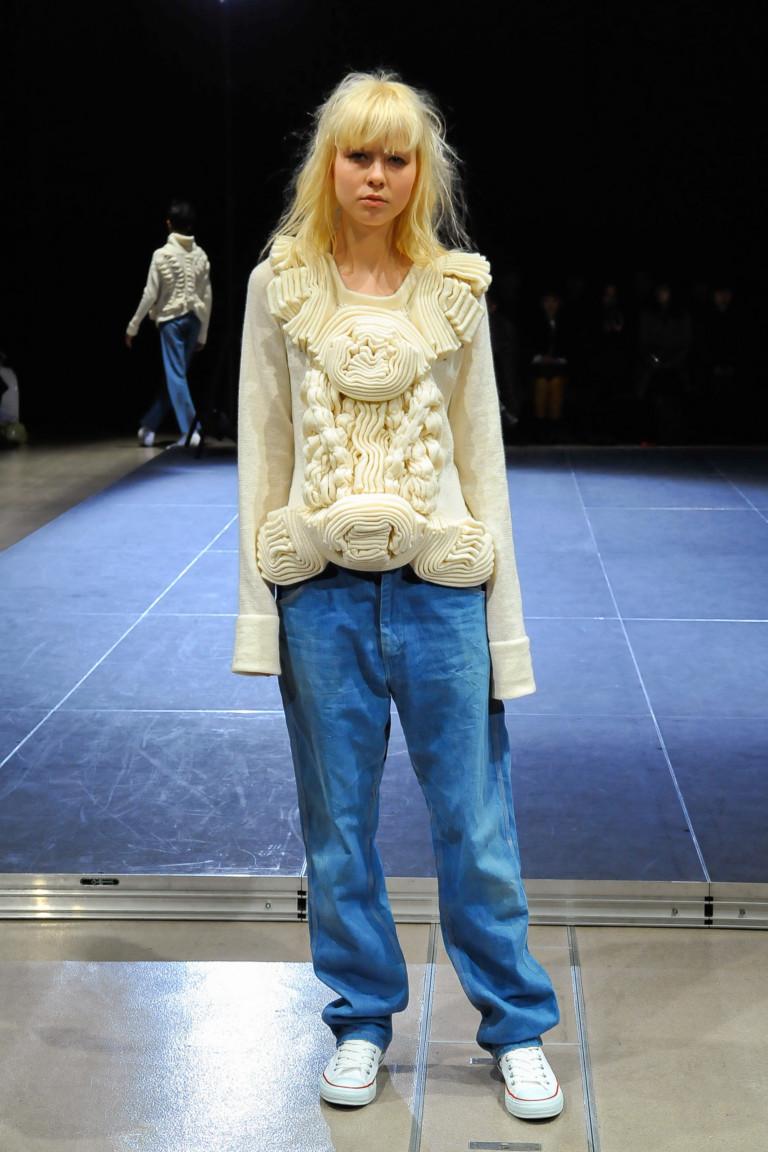 Вязаная белая кофта с джинсами.