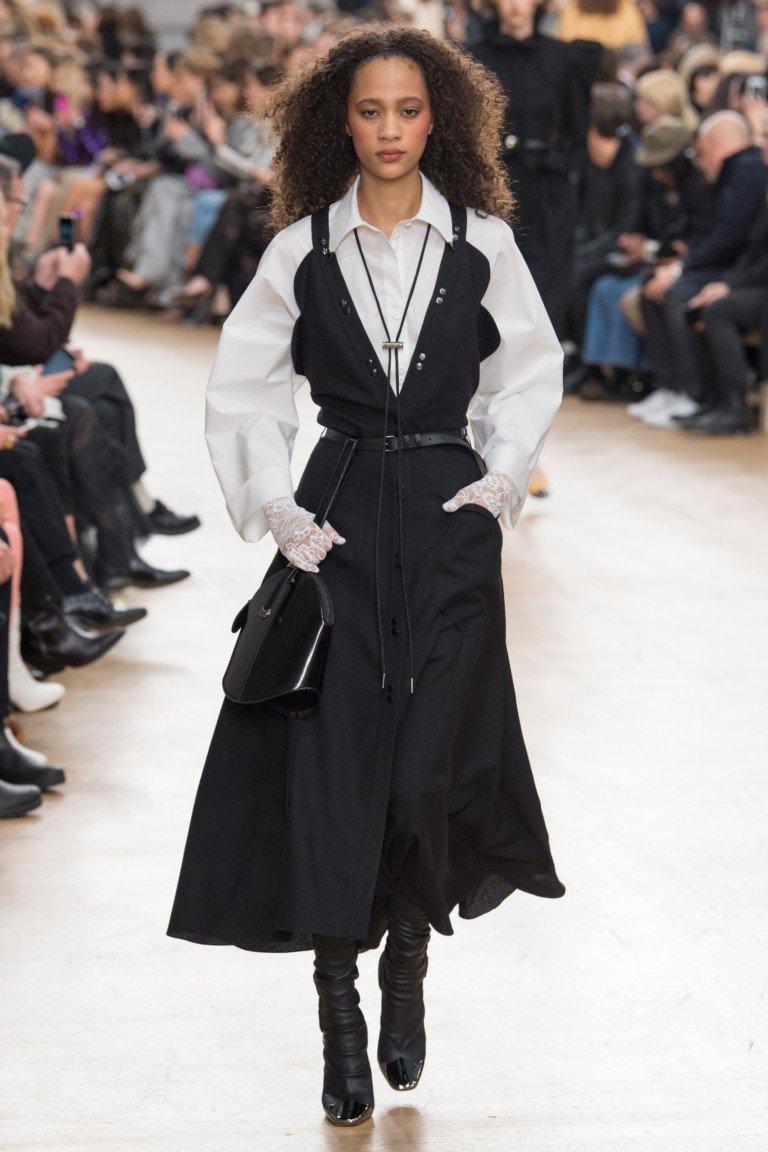 Черный сарафан с белой блузкой.