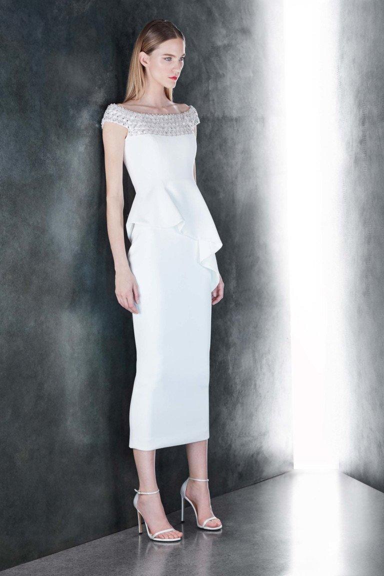 Элегантное белое платье с кружевным воротником и белыми босоножками.