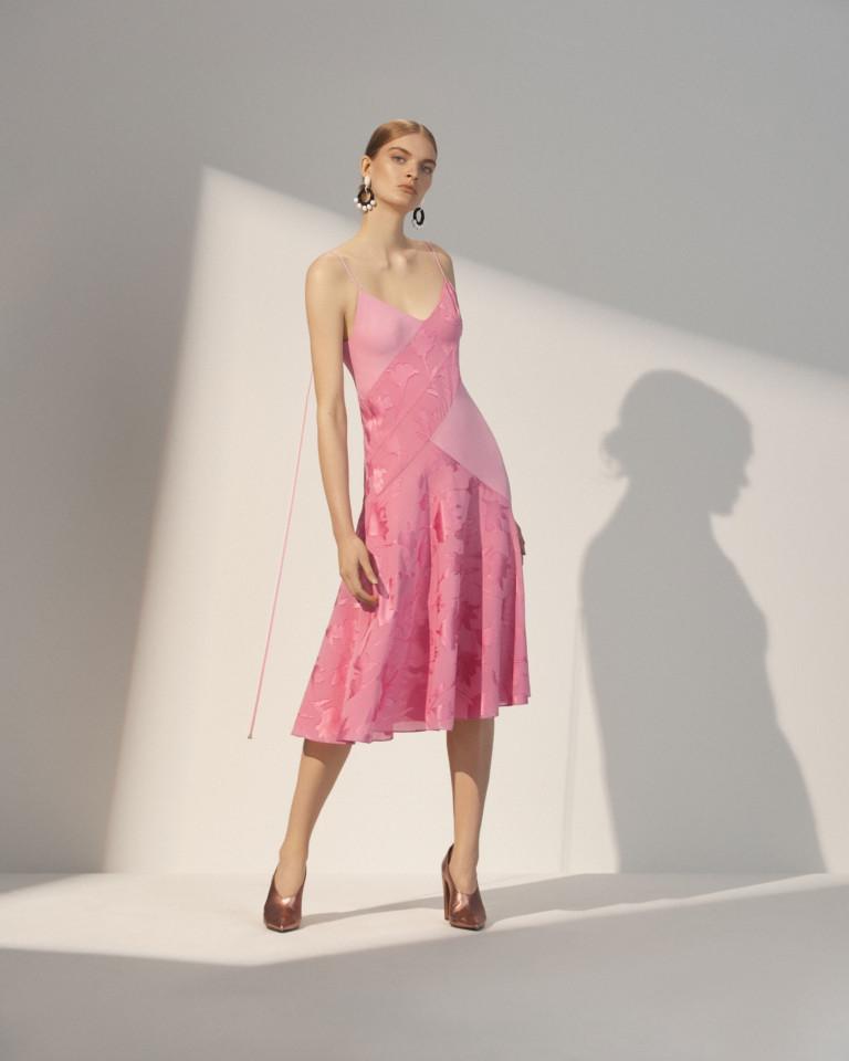 Розовое платье на тонких бретельках с олотым отливом туфлями.