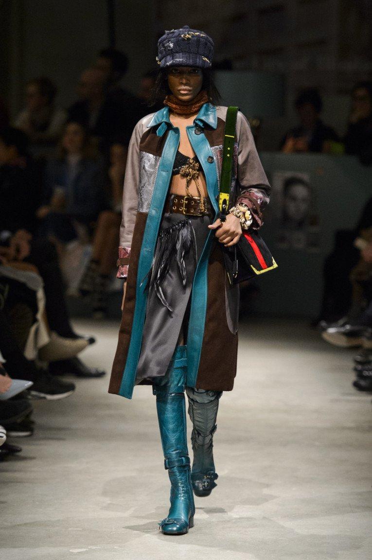 Разноцветный кожаный плащ с зелеными блестящими кожаными сапогами.