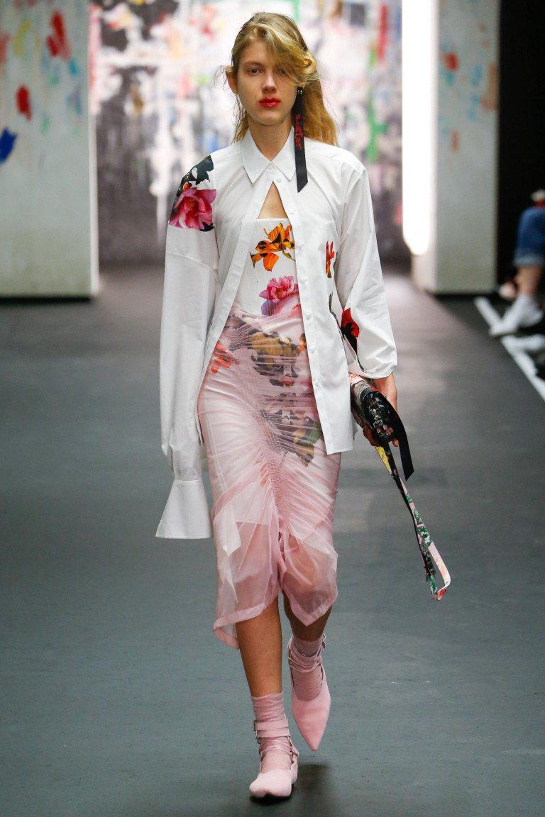 Белая рубашка с цветочным принтом с ассиметричными рукавами и нежно-розовое платье с цветочным принтом.