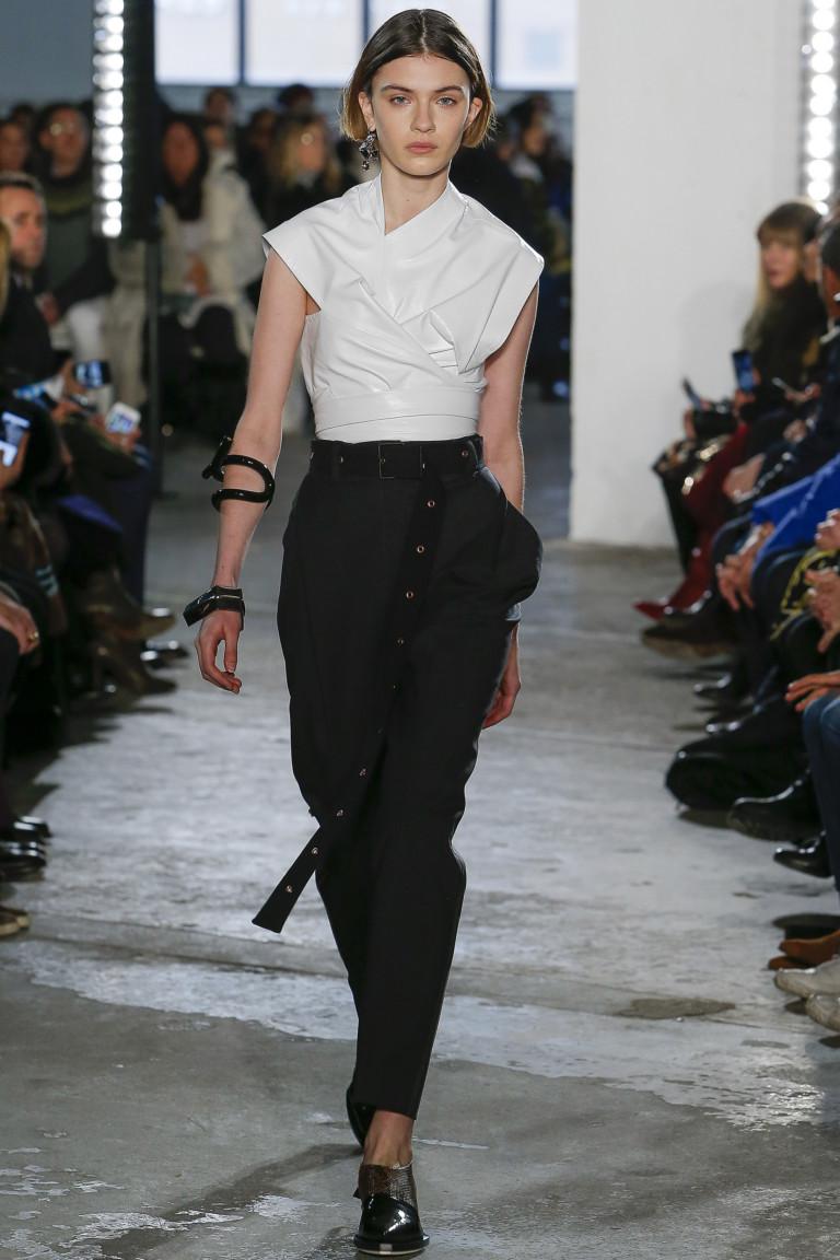 Белая блузка с черными узкими брюками.