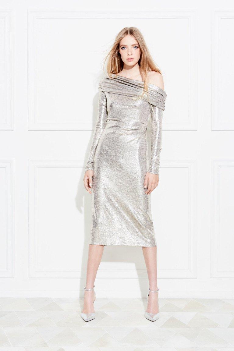 Узкое обтягивающее платье серебристого цвета с ассиметричным воротником