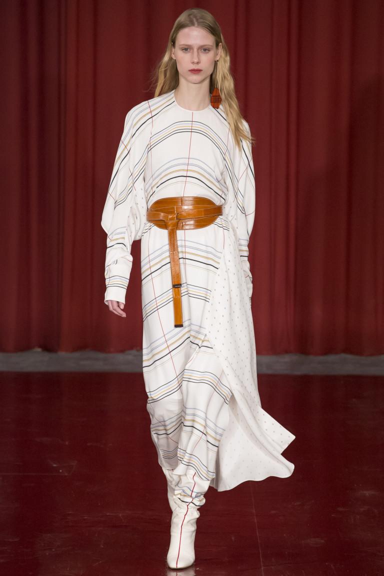 Светлое платье в полоску с длинными рукавами и коричневым кожаным поясом.
