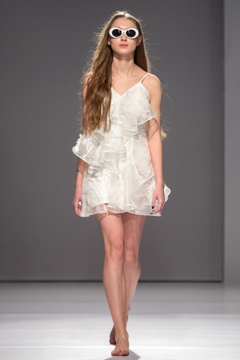 Белое короткое платье с крупными воланами на тонких бретельках