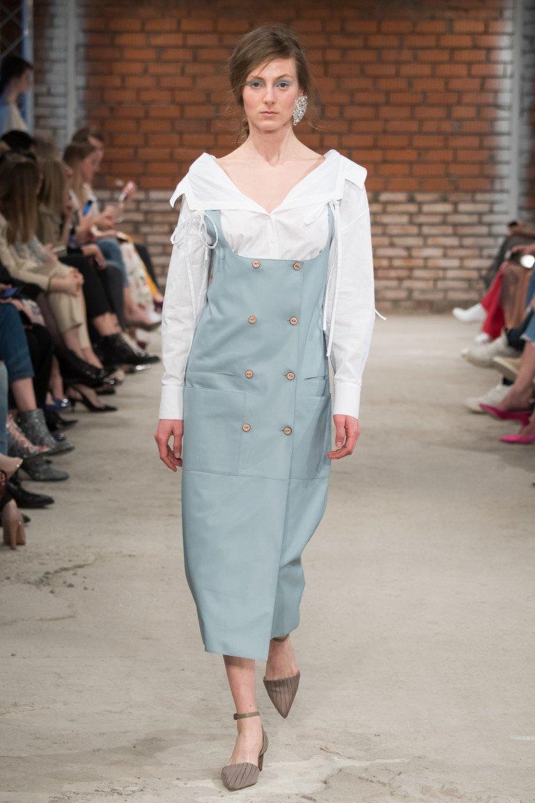 Голубого цвета сарафан с белой блузкой с большим отложным вортником.