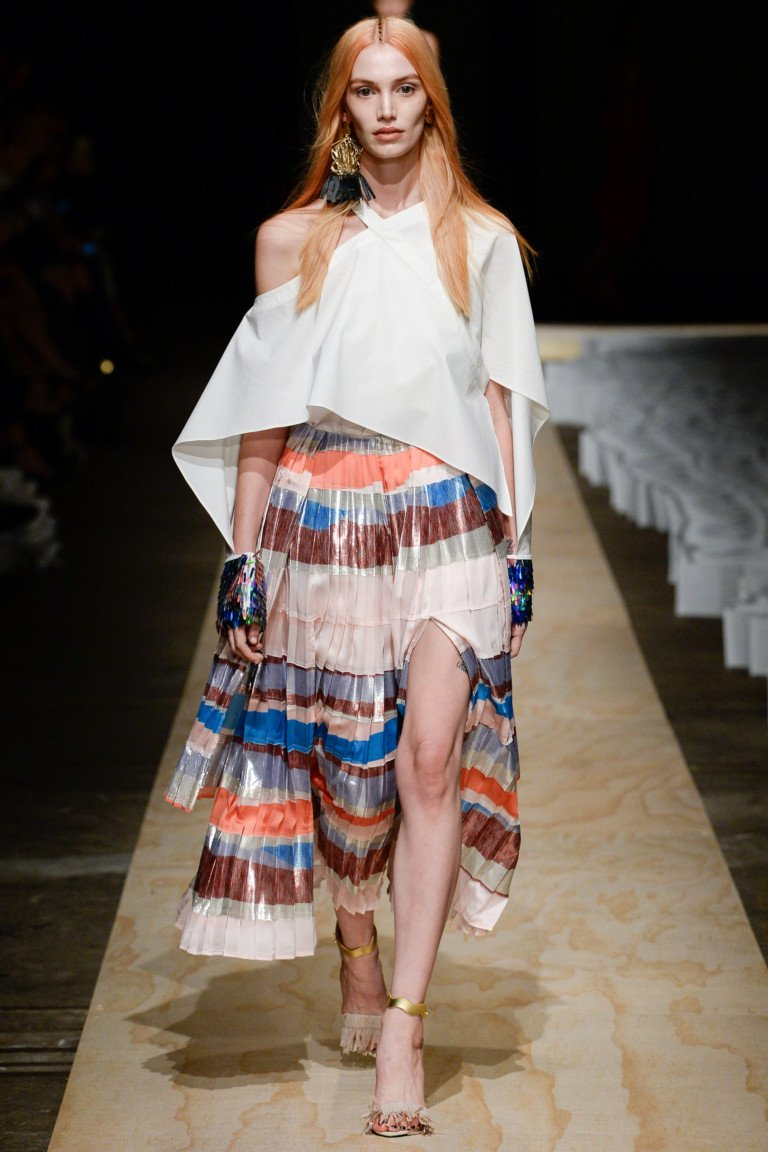 Белая ассиметричная расклешенная блузка цветной раслешенной юбкой в полоску.
