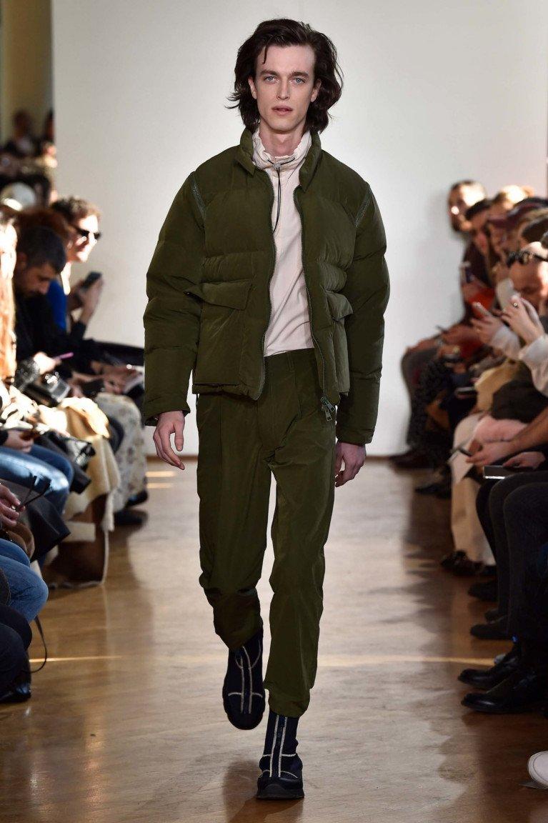 Болотного цвета короткая мужская куртка и брюки.