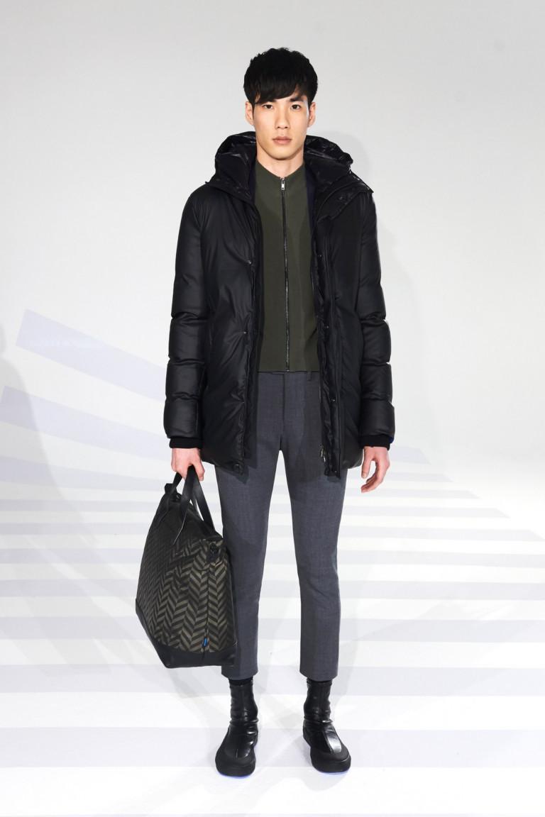 Черная мужская куртка с серыми укороченными брюками.