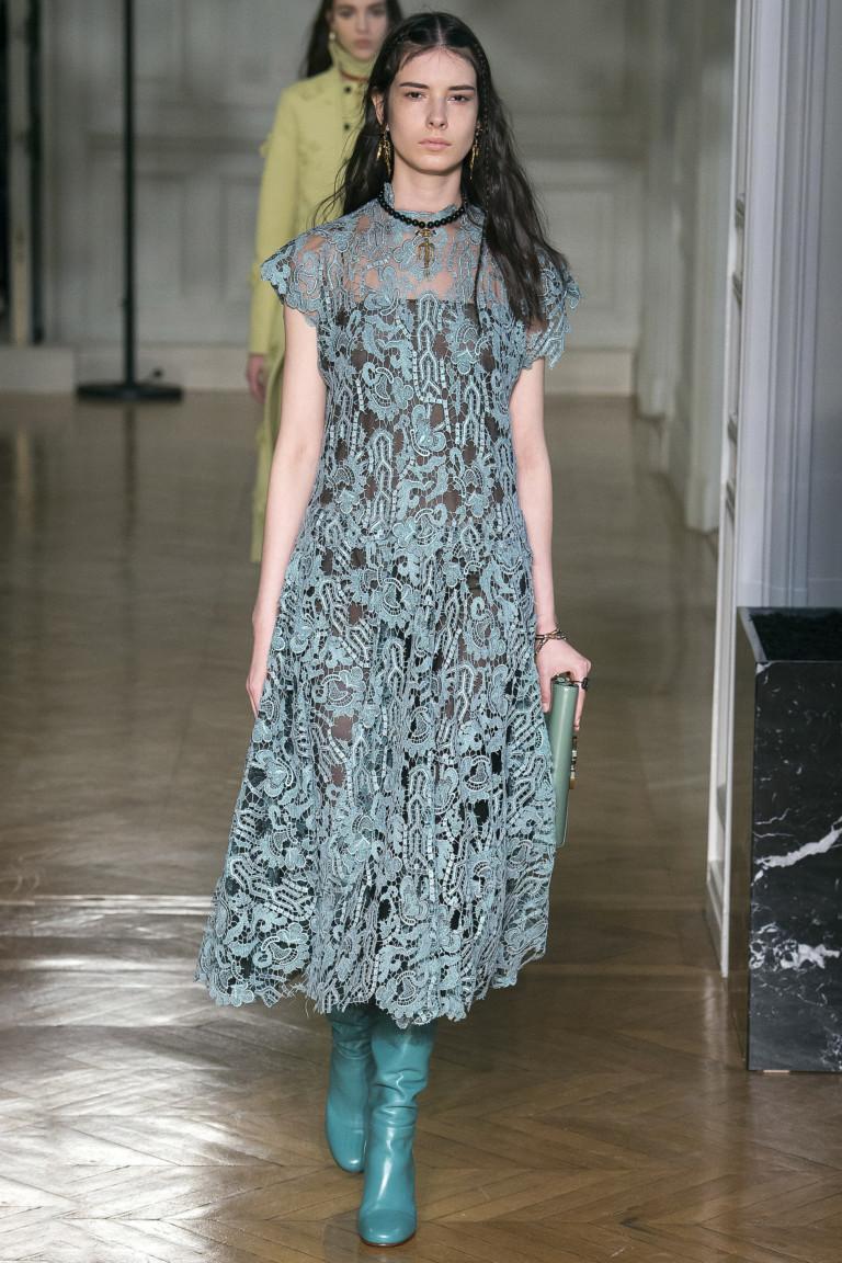 Кружевное платье зеленого оттенка на темнй подкладкеи яркозеленого цвета сапоги.