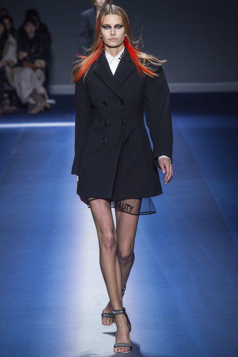 Черное укороченное пальто.