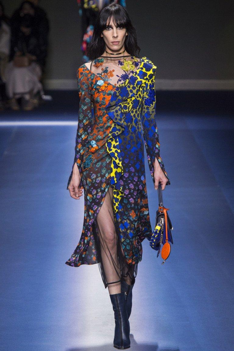 Разноцветное платье с принтом с воланом и длинными рукавами.
