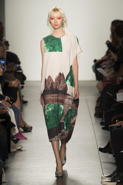 A Détacher оригинальное кроя светлое платье с принтом зеленого и коричневого цветов 2018-2019.
