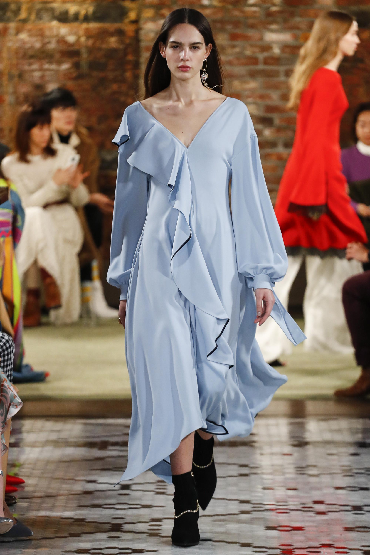 ADEAM расклешенное платье голубого цвета ассиметричной длины с воланами и длинными рукавами 2018-2019