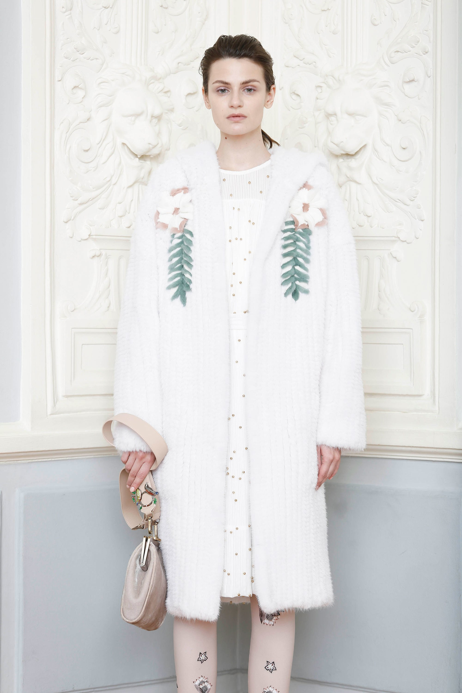 Alena Akhmadullina белого цвета пальто 2019 с принтом